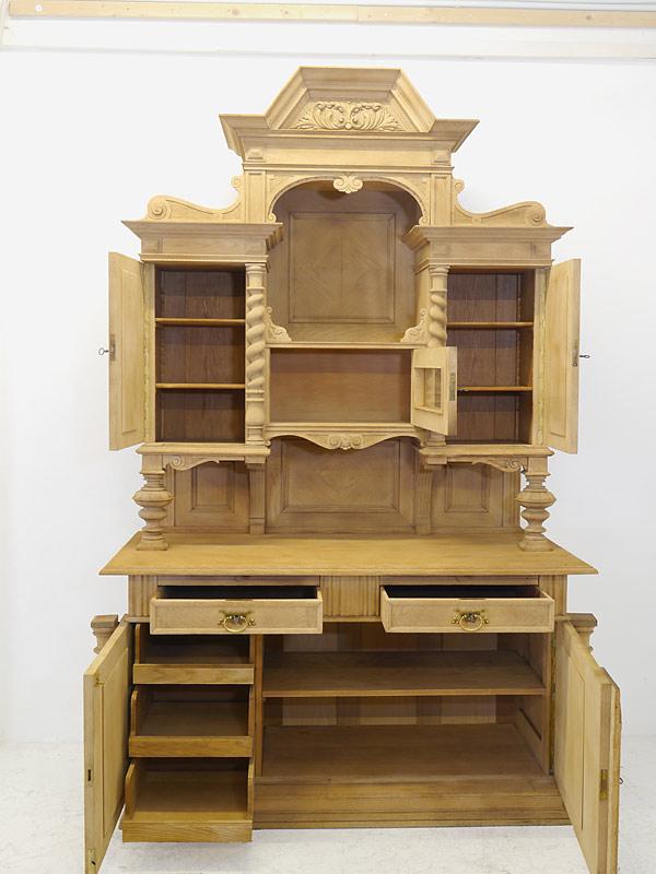 Aufsatzschrank mit geöffneten Schubladen und Türen