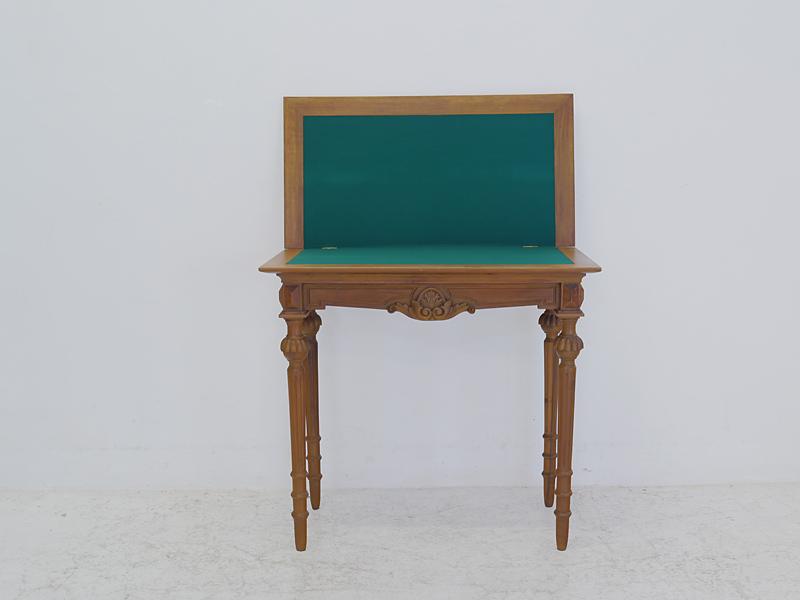 Tisch mit aufgeklappter Spielfläche