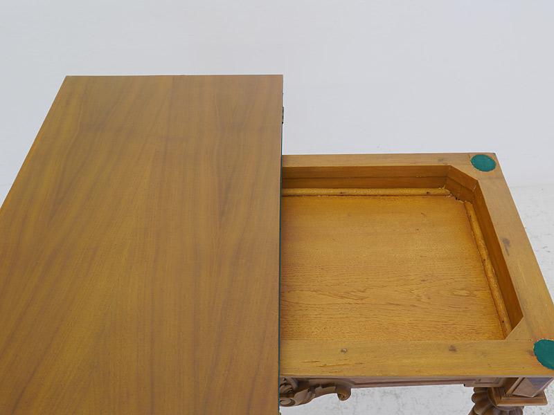 Im Spieltisch können Spielfiguren verstaut werden