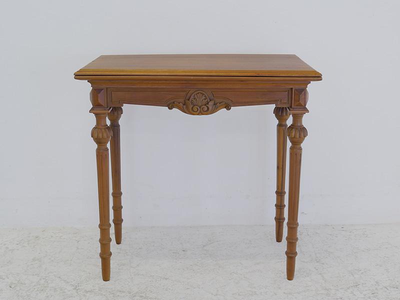Der Tisch ist aus Eiche furniert gefertigt