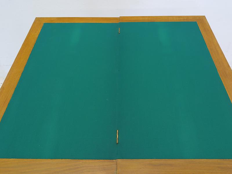 Tischfläche mit grünem Filzbezug