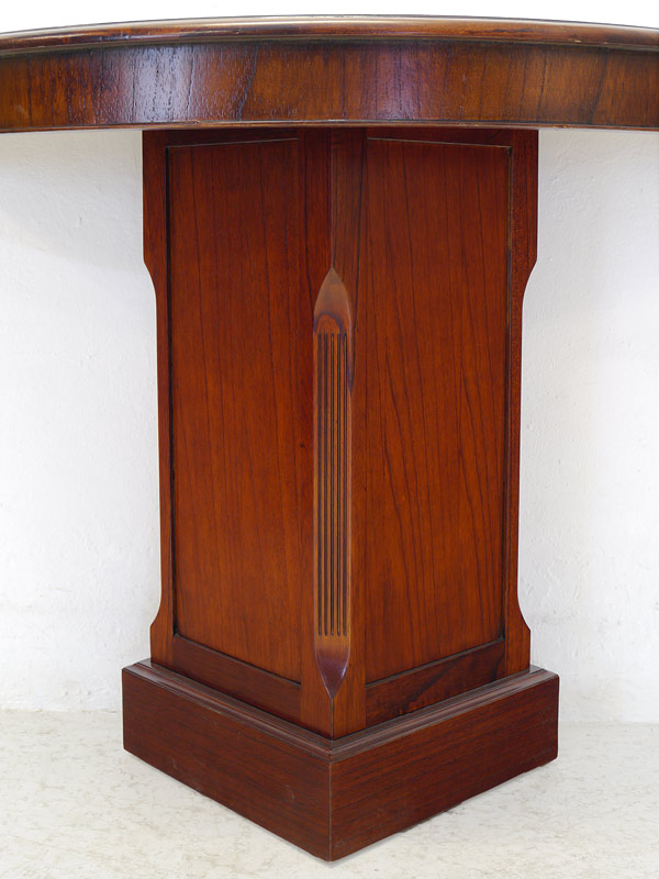 Detailansicht von der Tischsäule