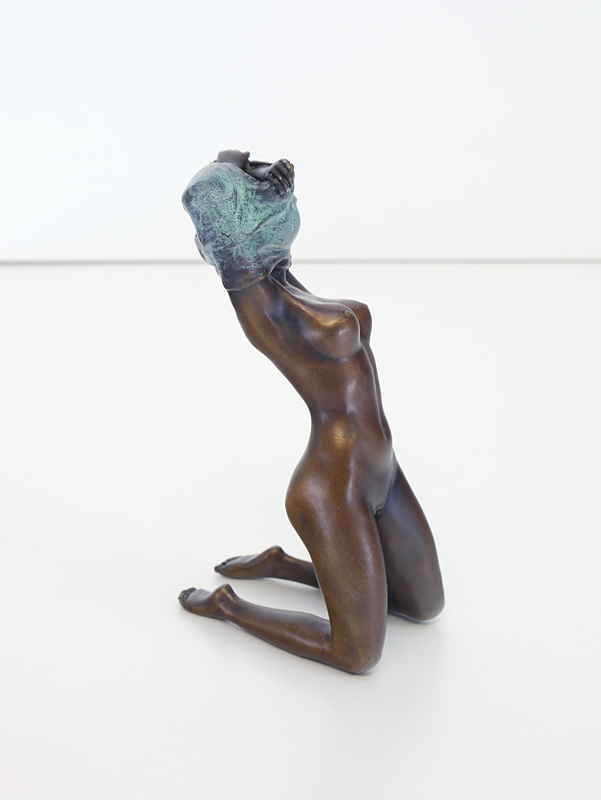 Bronzefigur Seitenansicht