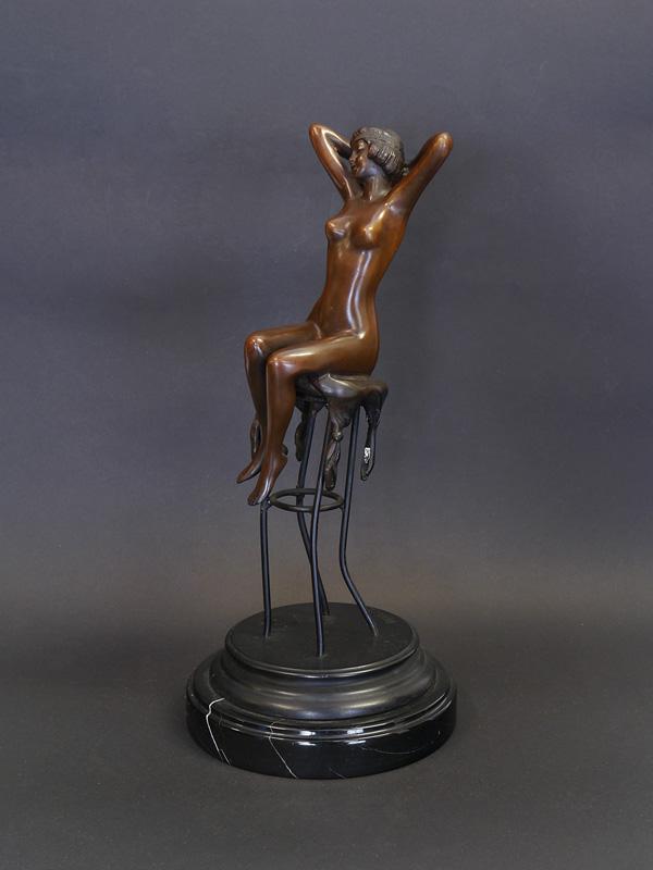 Moderne Skulptur Figur Bronze sitzende traurige Frau auf Sockel
