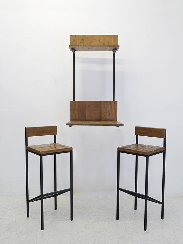 Sitzgruppe mit Metallgestell und Massivholzfläche