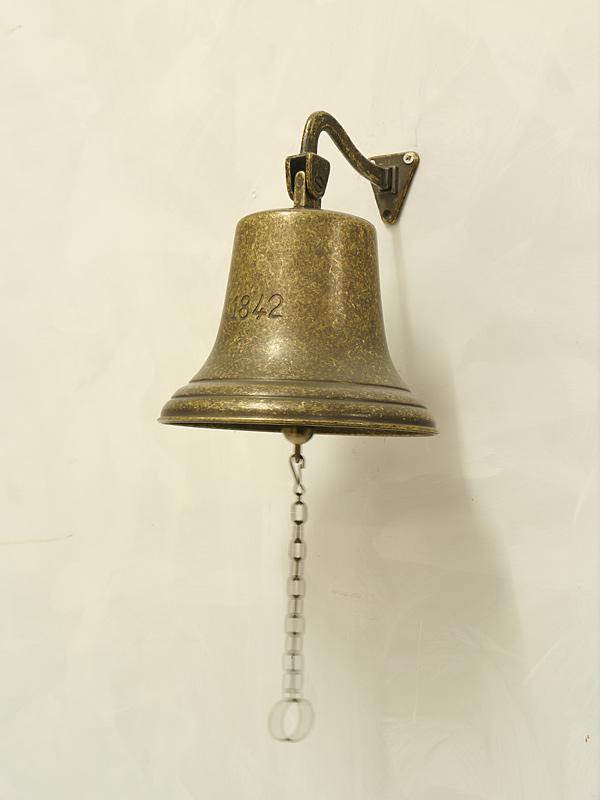 Die Glocke ist aus Messing brüniert gefertigt