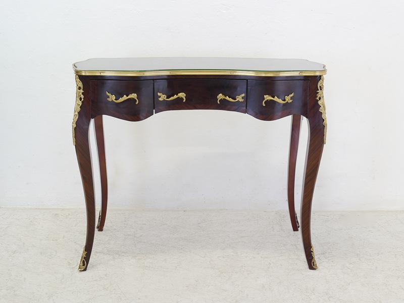 Zierlicher Schreibtisch mit geschweiften Korpus