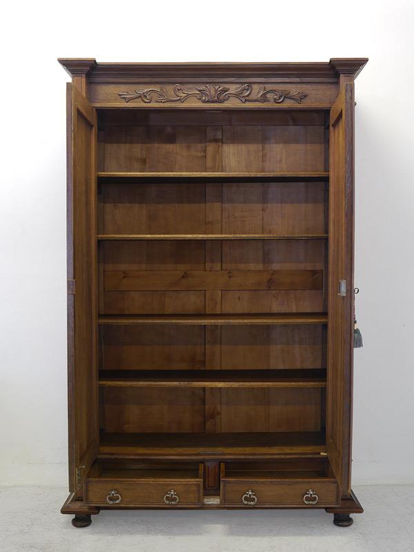 Kleiderschrank mit geöffneten Türen und Schubladen