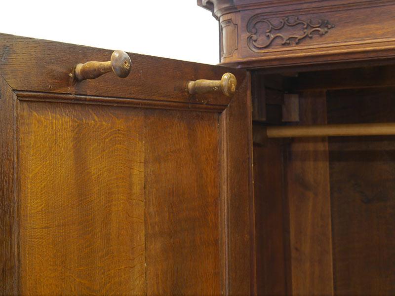 2 Garderobenhaken aus Holz an jeder Tür