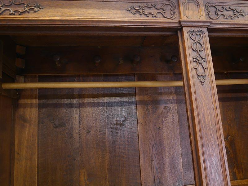 Im Innenbereich 1 Kleiderstange und 6 Garderobenhaken aus Holz