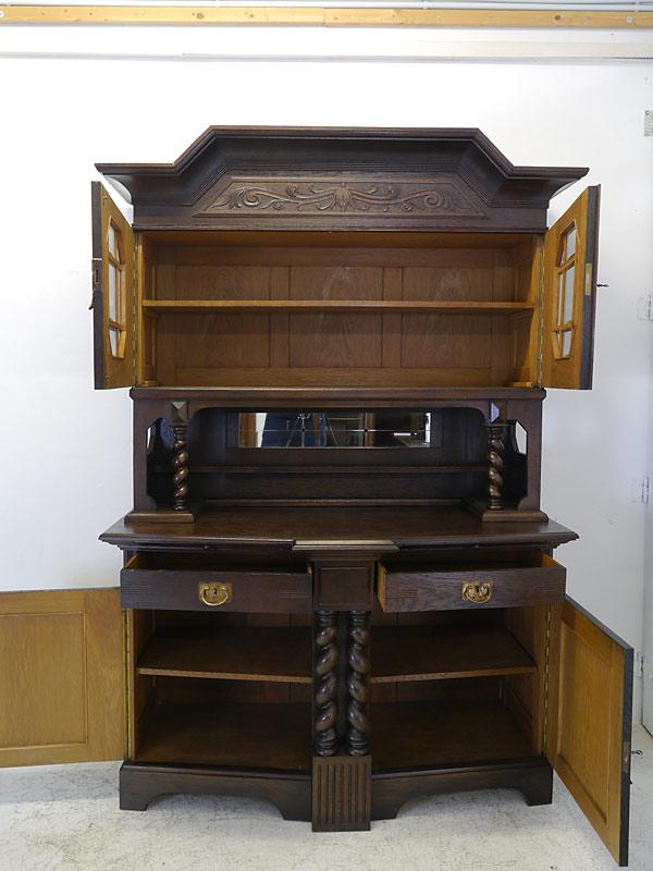 Schrank mit geöffneten Schubladen und Türen