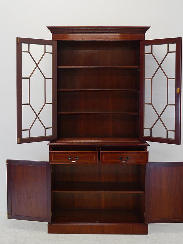 Schrank mit geöffneten Türen und Schubladen