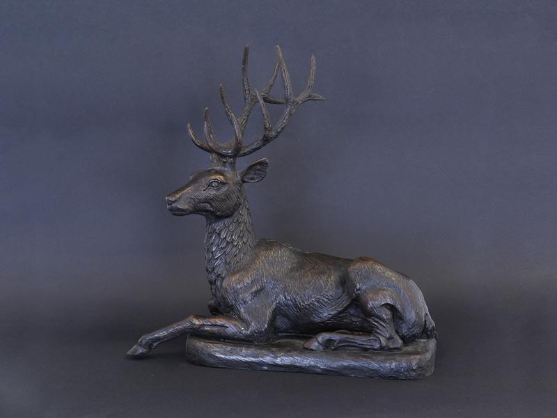 Liegender Hirsch aus Bronze