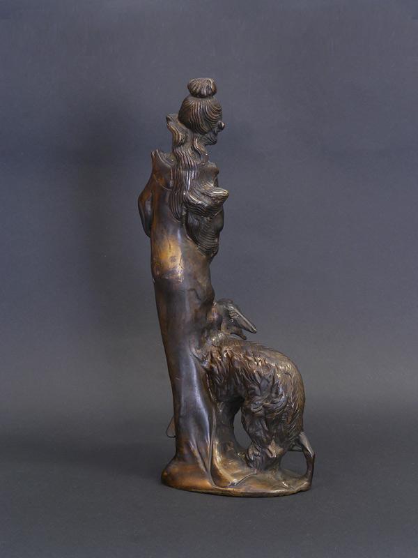 Rückseite von der Bronzefigur