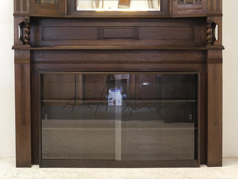 Nahaufnahme von dem Unterschrank mit 2 Glas-Schiebetüren