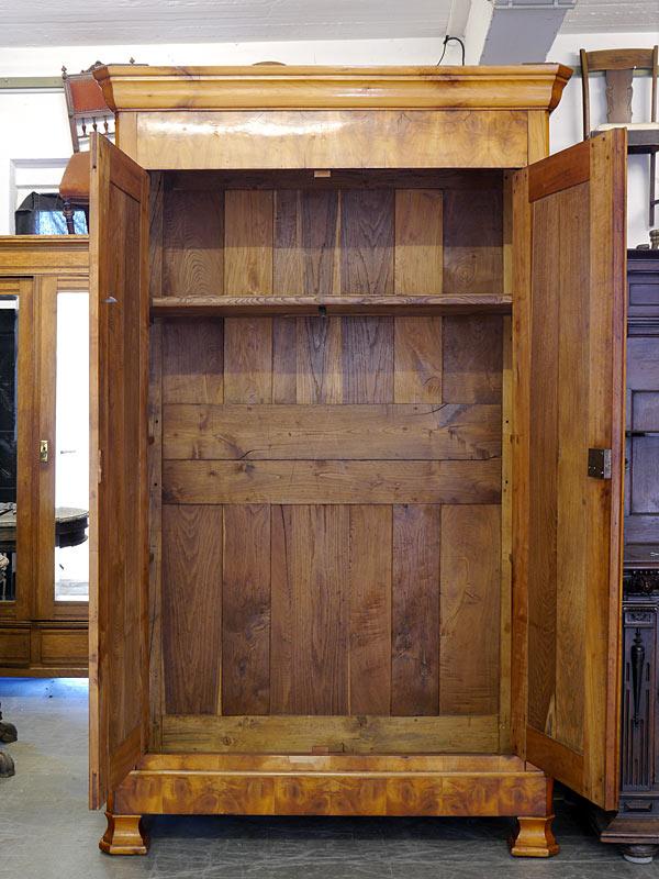 Dielenschrank mit geöffneten Türen
