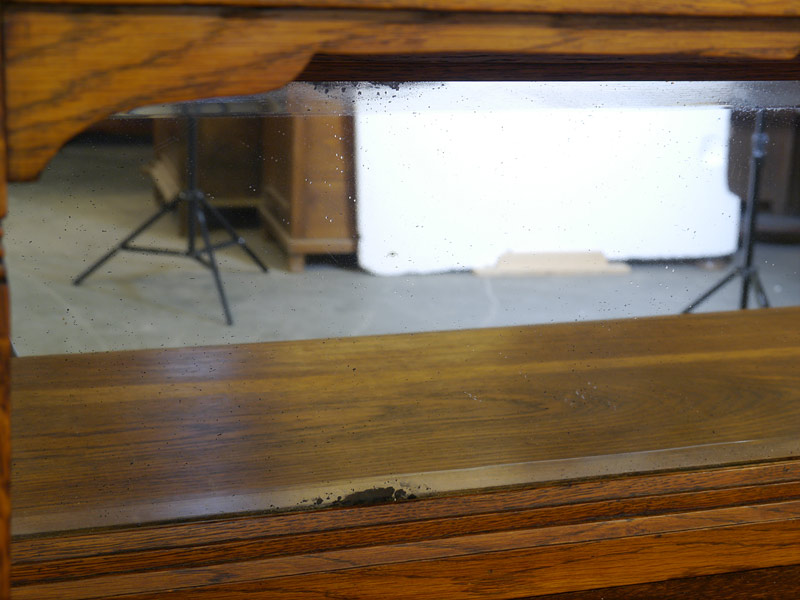 Detailansicht von dem Spiegel mit altersbedingten Gebrauchsspuren