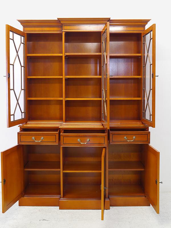 Bibliothekenschrank mit geöffneten Türen und Schubladen