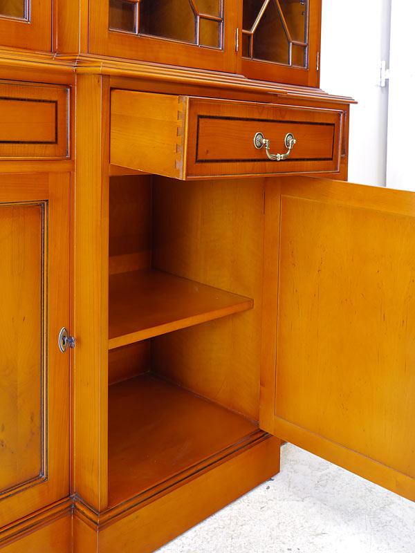Innenbereich des Unterschrankes und geöffnete Schublade