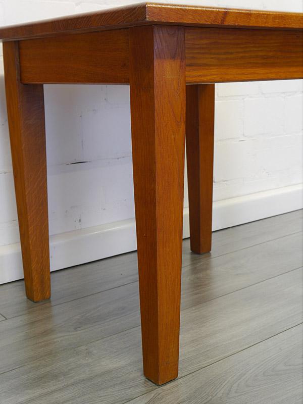 Detailansicht von dem Tischbein