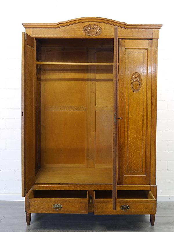 Garderobenschrank mit geöffneten Türen