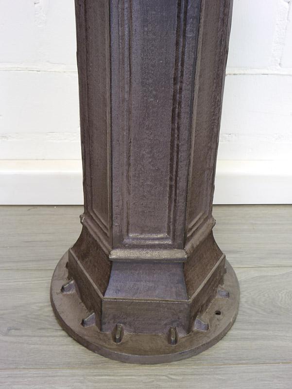 Detailansicht von dem unteren Bereich des Brunnens