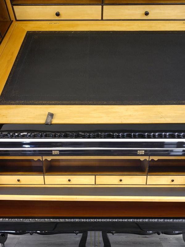 1x Draufsicht von der Lederoberfläche 1x die aufklappbare Schreibfläche