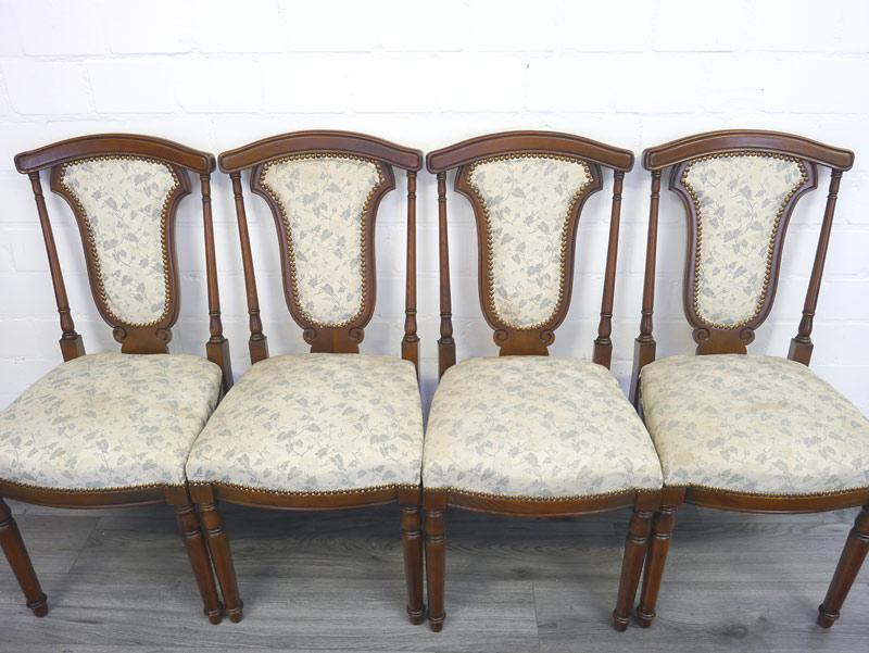 4 Stühle mit hellem Stoff und floralen Motiv