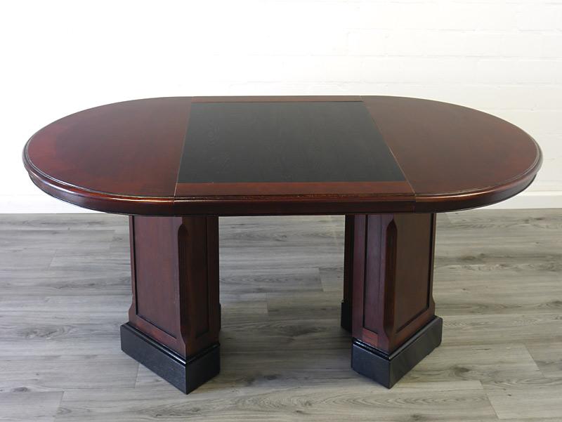 Der Tisch ist aus Mahagoni teils furniert, teils massiv gefertigt