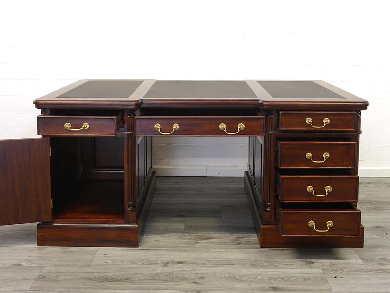 Schreibtisch mit geöffneter Tür und Schubladen