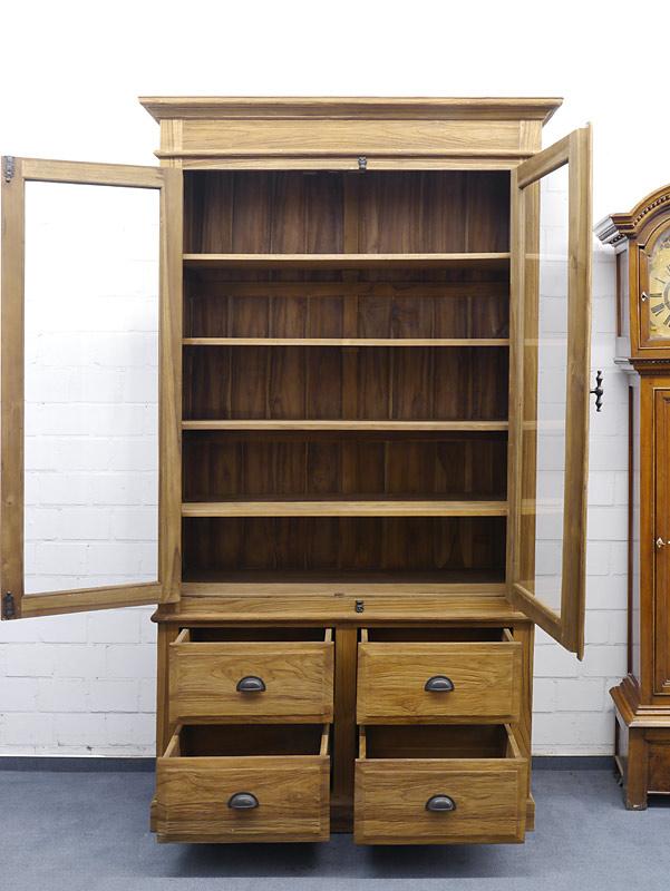 Bücherschrank mit geöffneten Türen und Schubladen