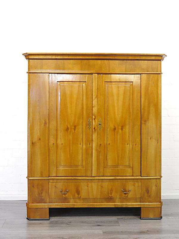 Der Schrank ist aus Kirschbaum auf Massivholz furniert gefertigt