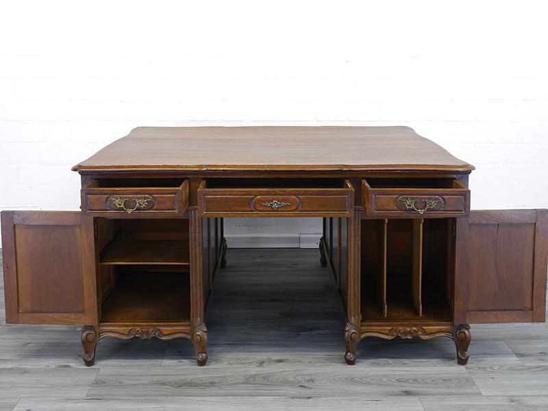 Schreibtisch mit geöffneten Türen und Schubladen
