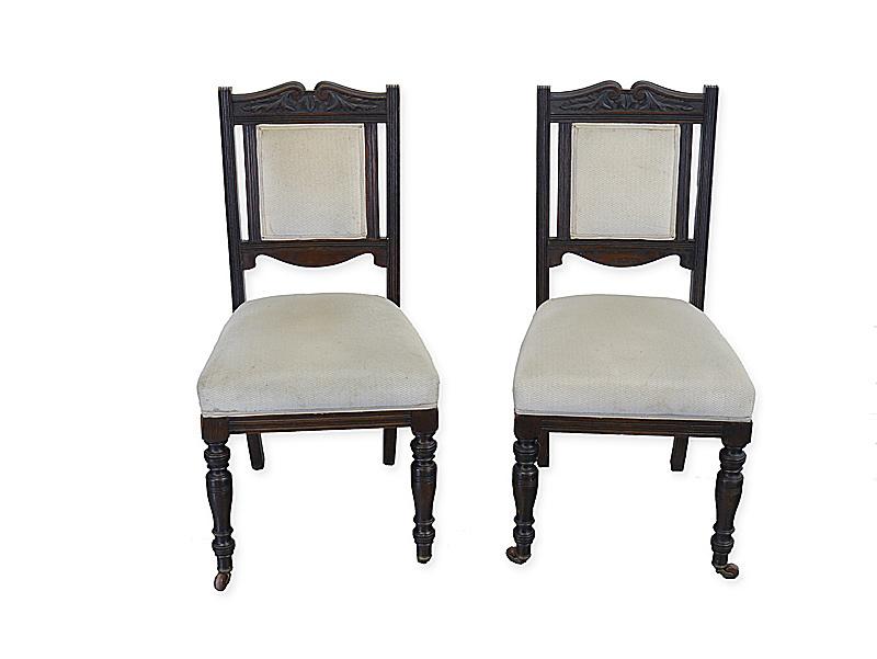 2 antike Stühle mit Polsterung