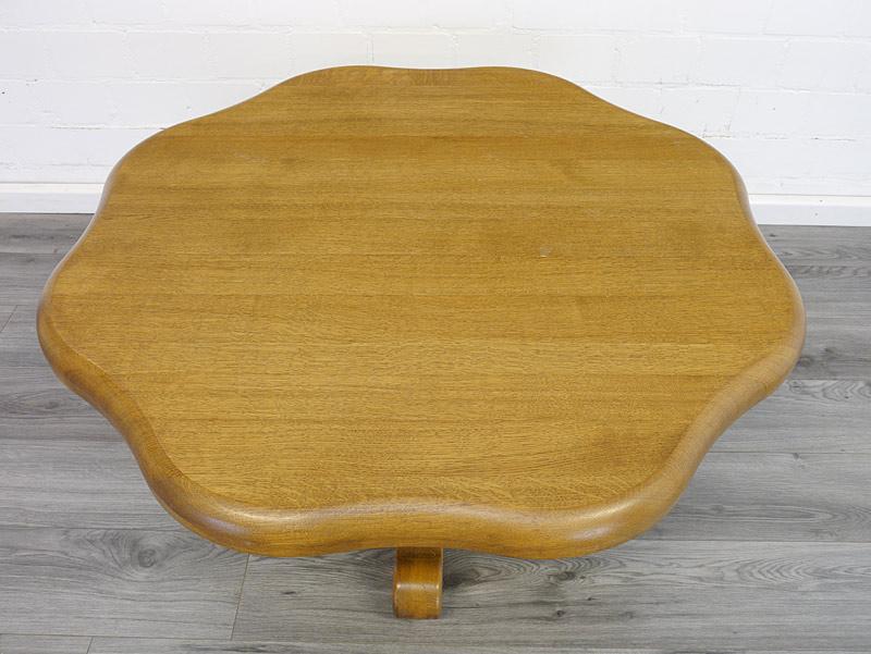 Draufsicht auf die wellenförmige Tischplatte