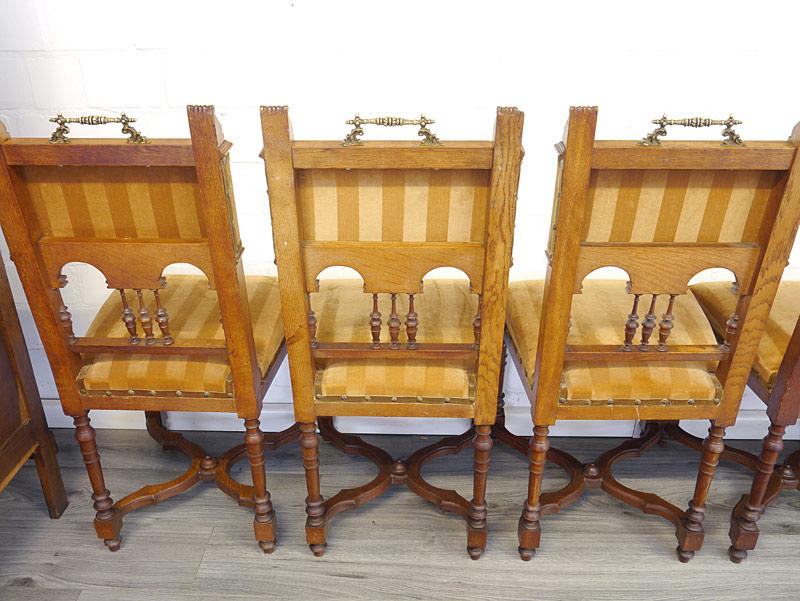 Rückseite von den 3 linken Stühle