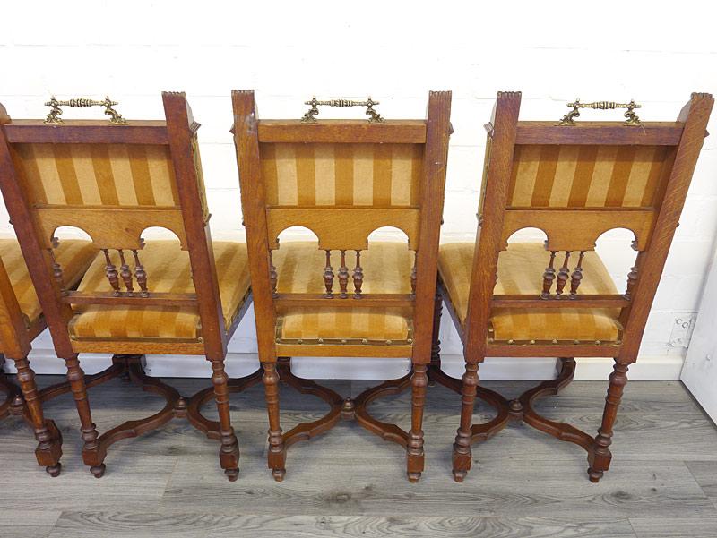 Rückseite von den 3 rechten Stühlen