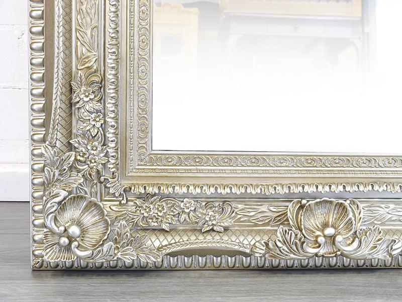 Detailansicht von dem Spiegelrahmen