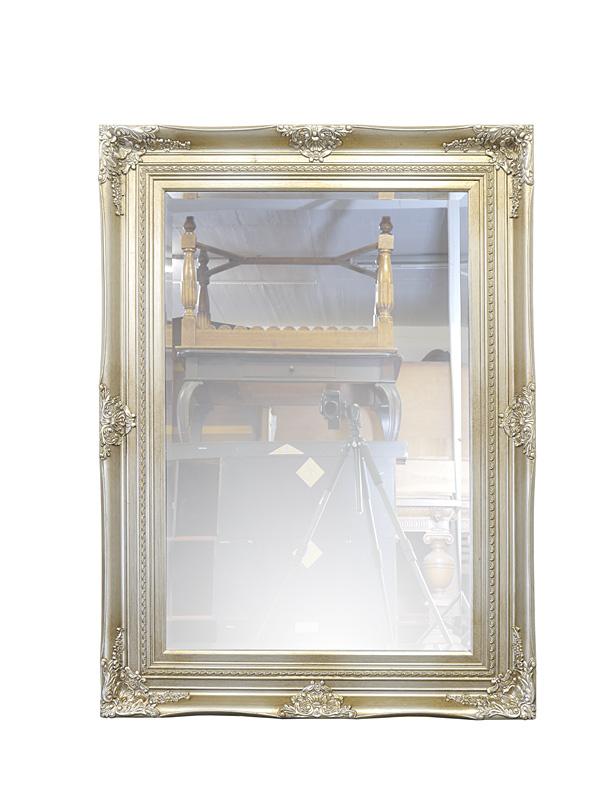 Edler Wandspiegel mit antiken Stilelementen in silber
