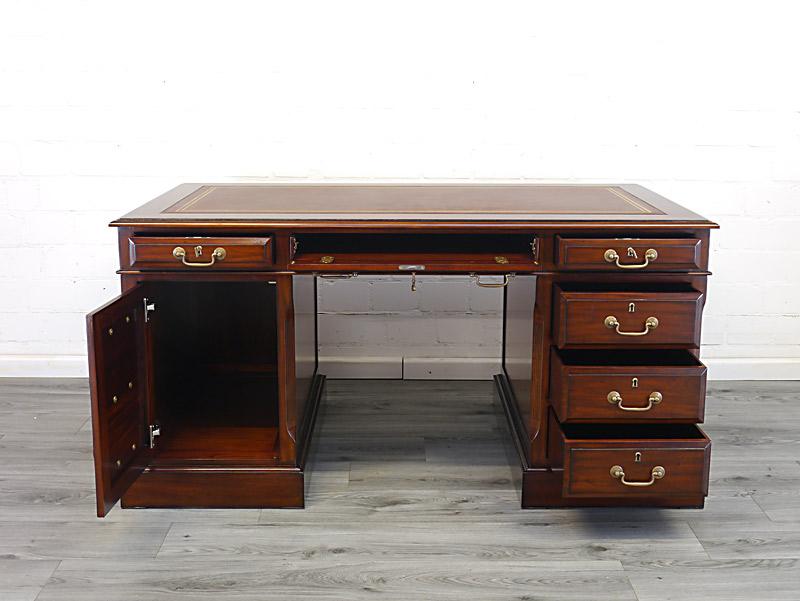 Büromöbel mit geöffneten Schubladen und Tür