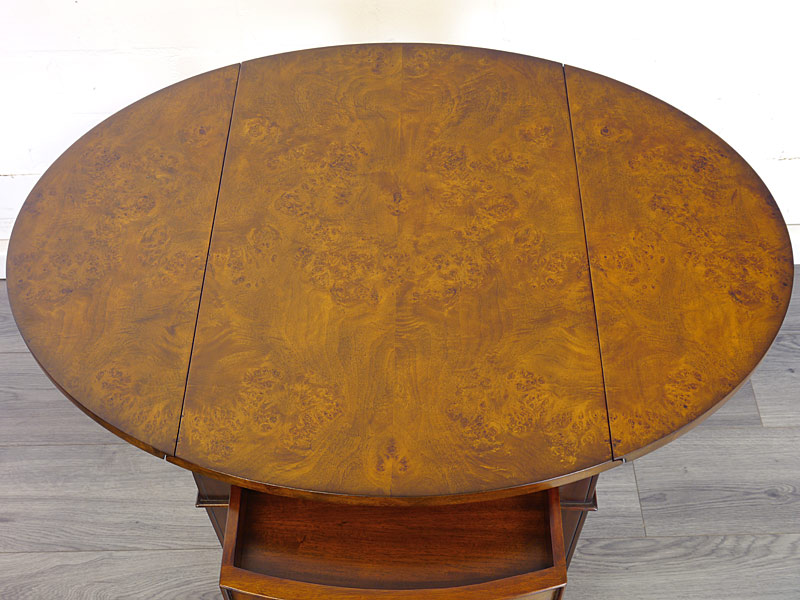 Draufsicht auf die ovale Tischfläche