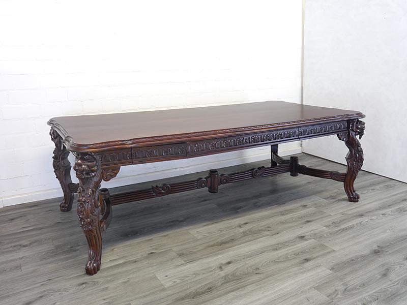 Langer Esstisch mit antiken Stilelementen