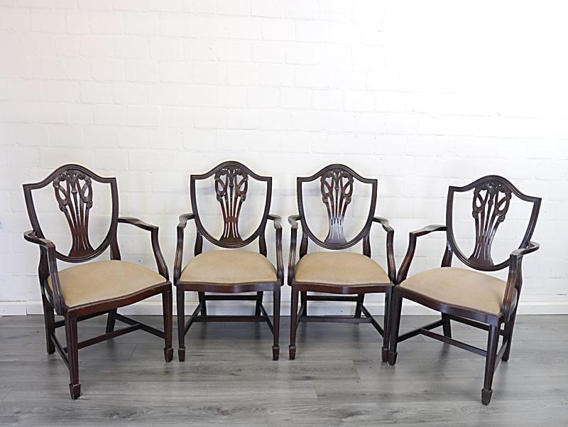 4 Stühle im antiken Stil