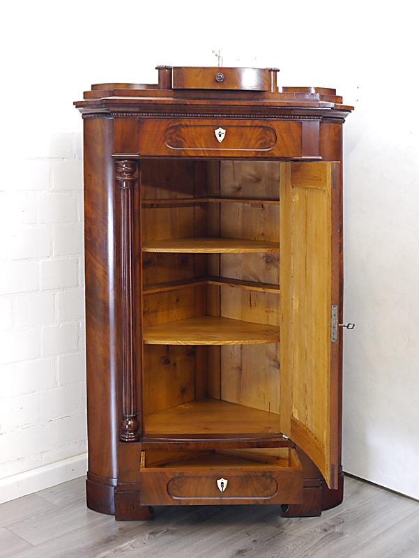 Eck-Möbel mit geöffneten Schubladen und Tür