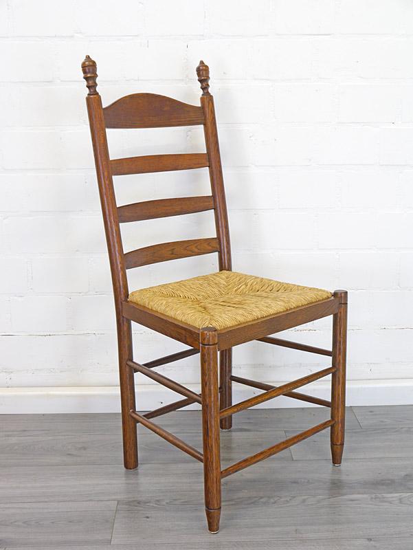 Seitenansicht von dem Stuhl