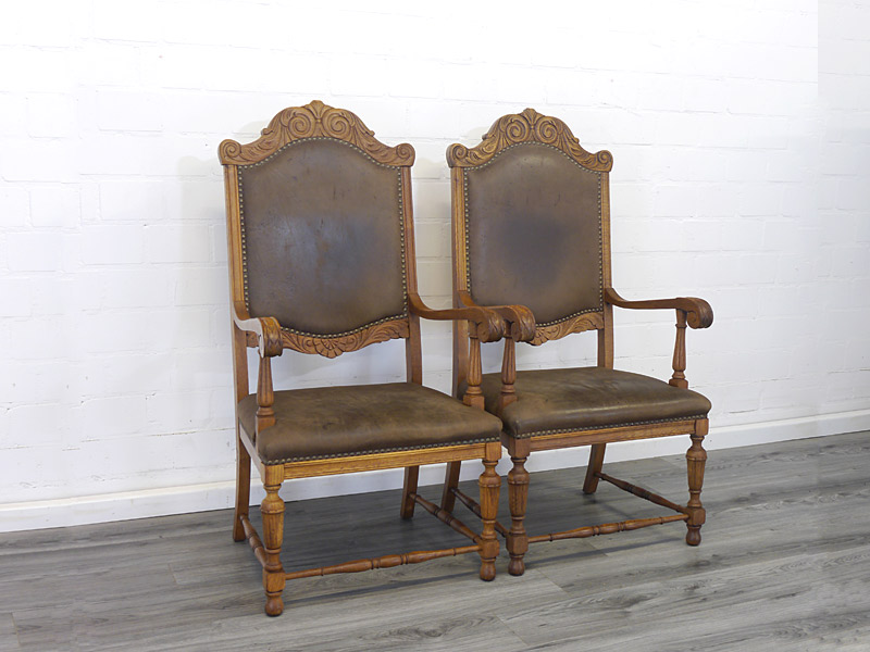 2 antike Eichenstühle mit braunem Leder