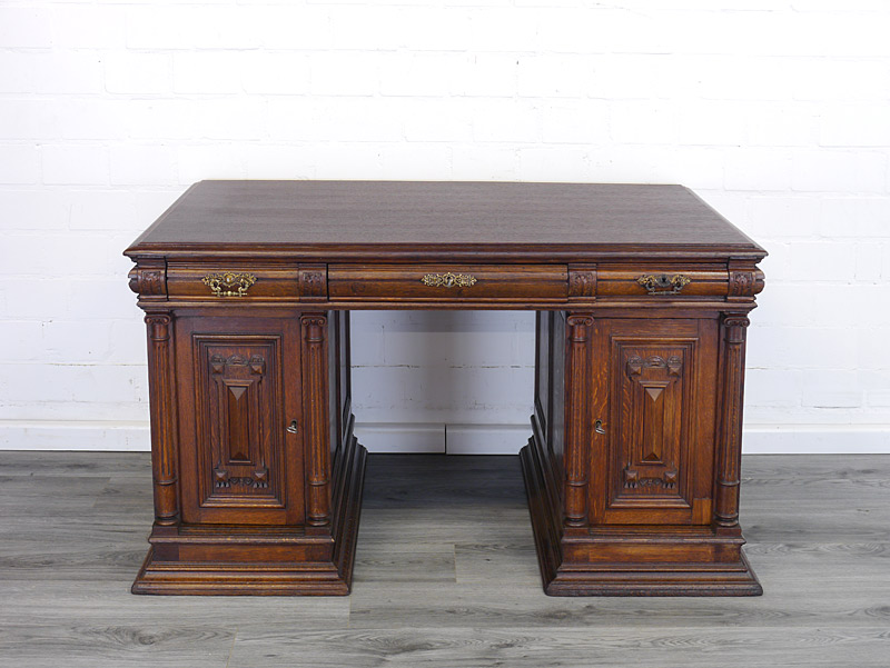 Massiver zierlicher Schreibtisch