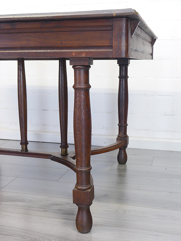 Detailansicht von einem Tischbein
