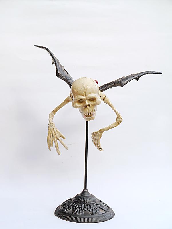 Skelett als Vampir aus Gusseisen
