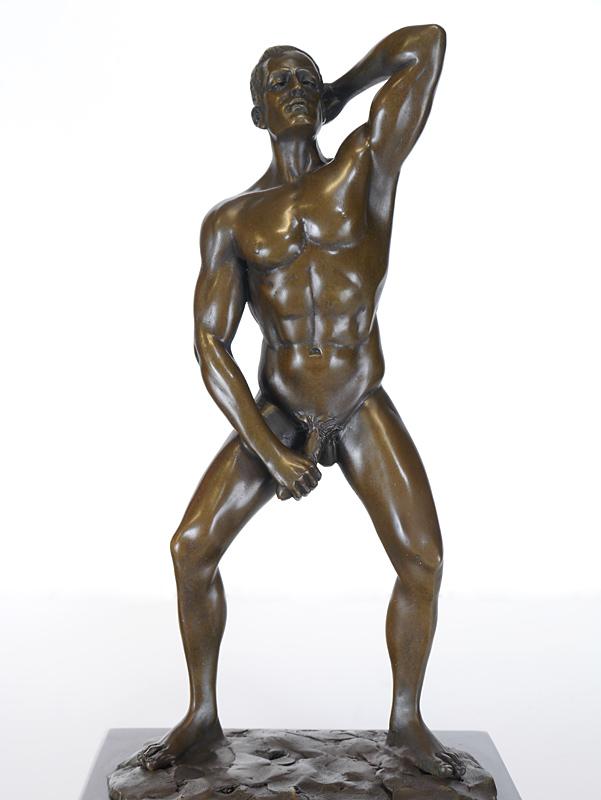 Nahaufnahme von dem nackten Mann mit Penis in der Hand